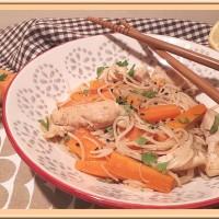 Wok de vermicelles au poulet sauté, carotte et pousse de soja
