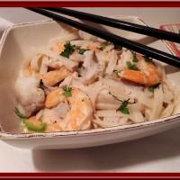 Tagliatelles de riz pimentées au crevettes et lieu noir