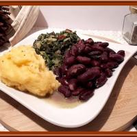 Nshima (Purée de farine de maïs, épinards et haricots rouges).