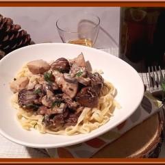 Filets de poulet jaune aux champignons, châtaigne et vin jaune