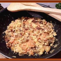 Omelette aux pommes de terre et saumon