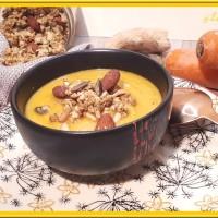 Velouté de carottes, oignon au lait de coco et son granola salé au curry