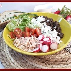 Buddha bowl, lentilles, radis, tomates cerises, thon